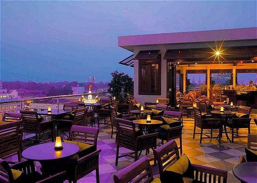 Cafe san thuong cua khach san Caravelle
