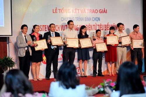 cong-ty-du-lich-viet-nhan-cup-va-bang-khen-website-thuong-mai-dien-tu-nganh-du-lich,-lu-hanh-tieu-bieu-nam-2013
