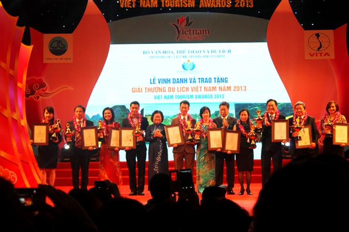 du-lich-viet-vinh-du-don-nhan-giai-thuong-10-cong-ty-du-lich-viet-nam-2014
