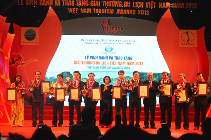 du-lich-viet-vinh-du-don-nhan-giai-thuong-du-lich-viet-nam-2014-1