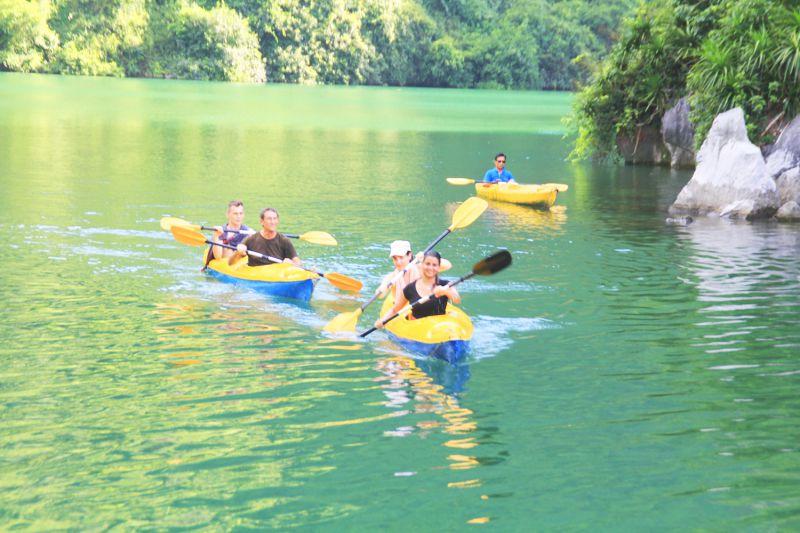 Chèo thuyền Kayak môn thể thao yêu thích của nhiều du khách