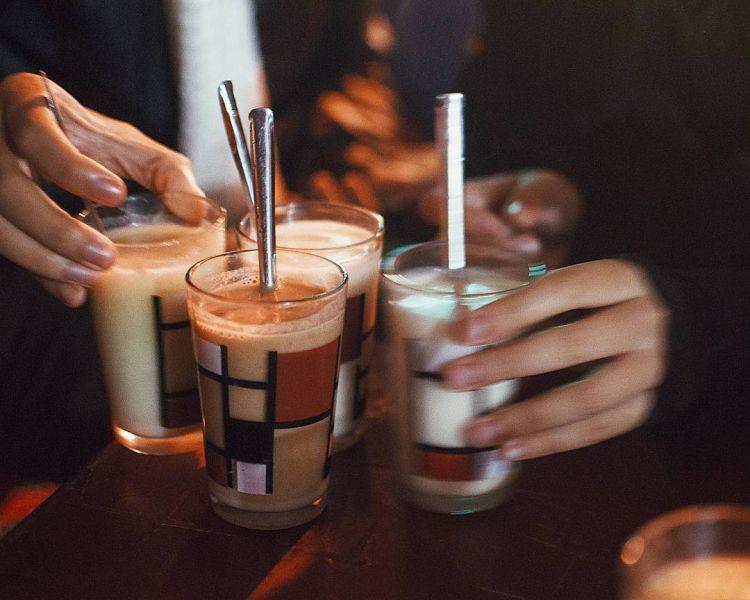 Tách sữa đậu nành nóng luôn là thức uống hấp dẫn nhiều du khách