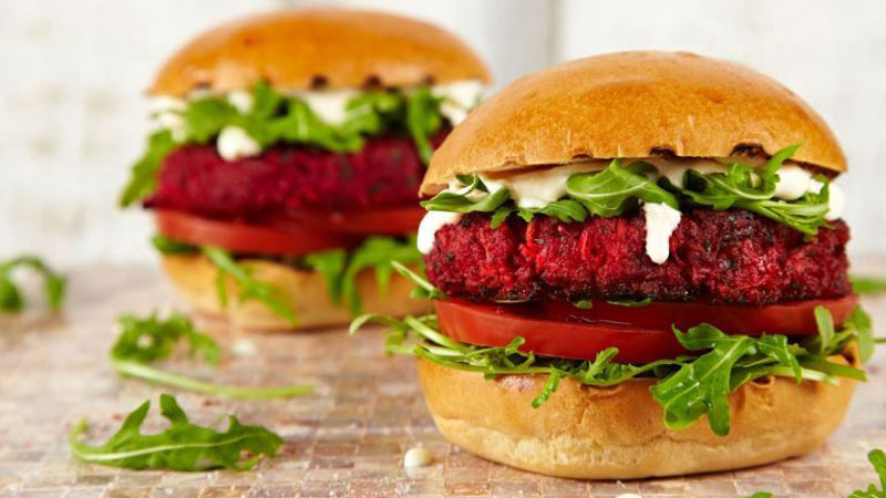 Hamburger củ dền bắt mắt, hương vị mới lạ
