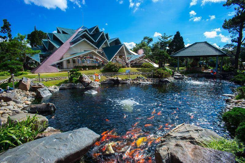 Khung cảnh khu du lịch Lá Phong ở thành phố du lịch Đà Lạt