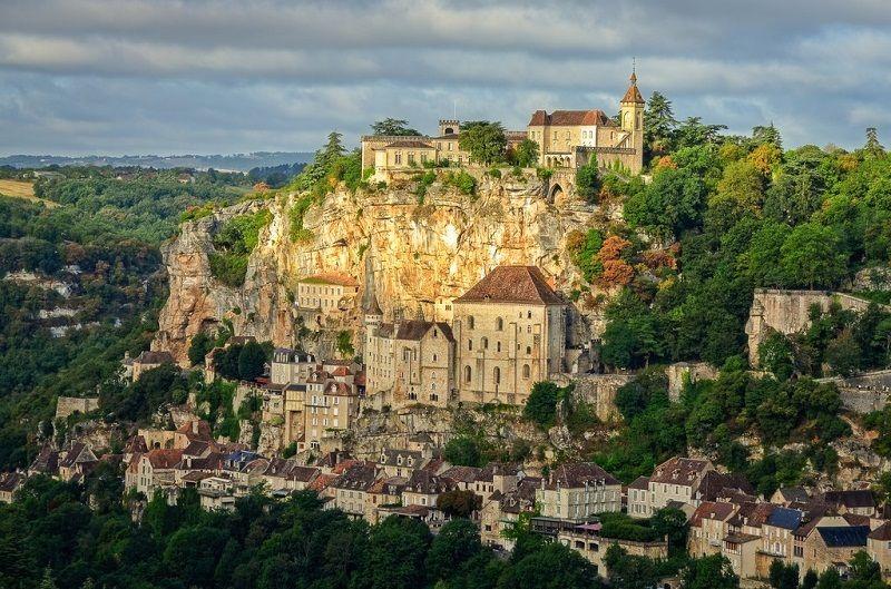 Rocamadour ngôi làng nằm trên rìa đá cao nước Pháp