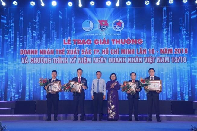 TGD Trần Văn Long nhận giải thưởng Doanh nhân trẻ Xuất sắc TP. HCM