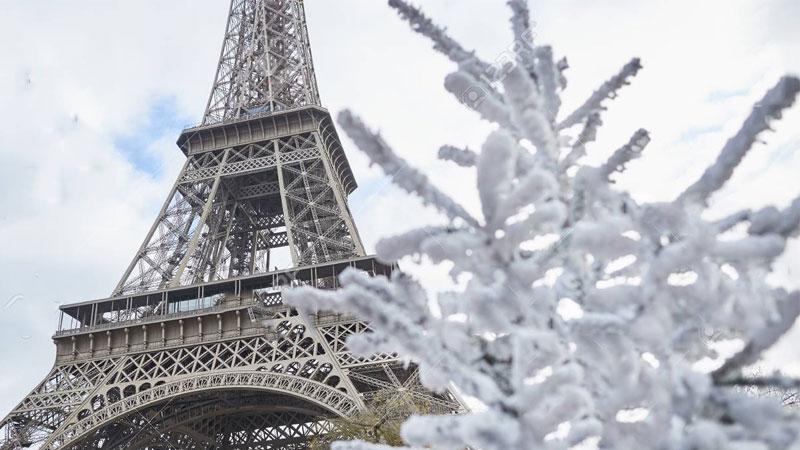Tháp Eiffel lộng lẫy sắc màu lung linh, một không gian đêm giáng sinh tuyệt vời