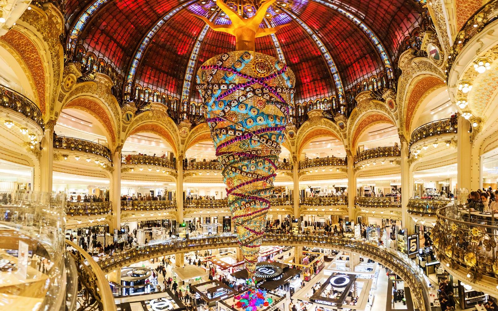 Du lịch Pháp - Du khách thỏa sức mua sắm tại trung tâm thương mại Lafayette