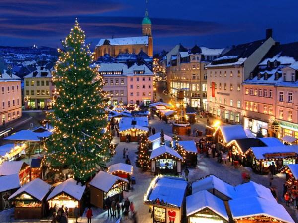 Tụ tập tại các chợ đêm trong tour du lịch Châu Âu mùa Giáng Sinh