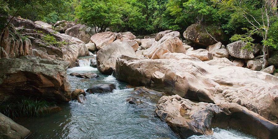 Trải nghiệm thú vị vượt suối Ba Hồ khi đi Tour du lịch Nha Trang