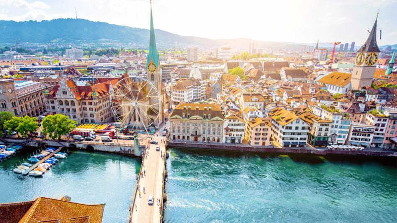 Zurich bao quanh bởi nhiều ngọn đồi, hồ nước