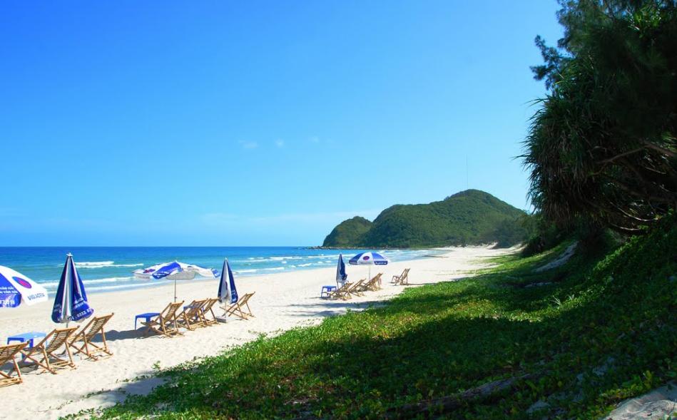 Khung cảnh bên bãi biển đảo Quan Lạn