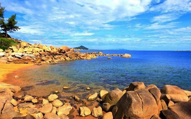 Bãi biển Thiên Cầm với vẻ đẹp hoang sơ thu hút nhiều du khách
