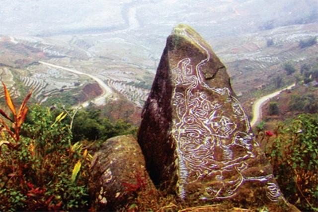 Những hoa văn kỳ lạ được khắc trên bãi đá cổ Sapa