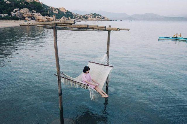 Chiếc võng được treo hững hờ giữa mặt biển