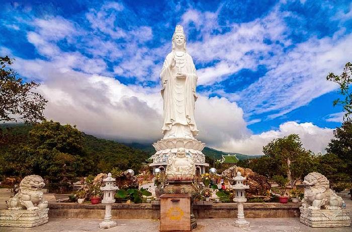 Tượng phật bà Quan Âm có kích thước vô cùng lớn tại chùa Linh Ứng