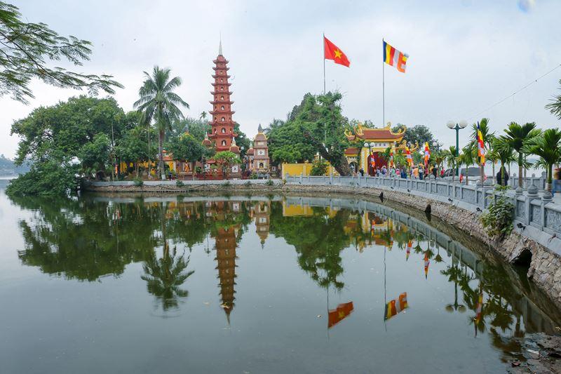Chùa Chấn Quốc bên hồ tây Hà Nội