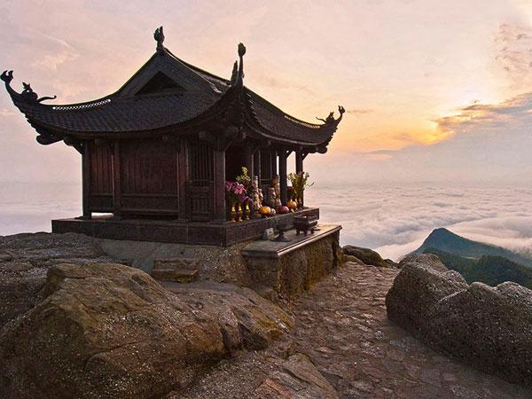 Chùa Đồng Yên Tử tọa lạc trên dỉnh núi