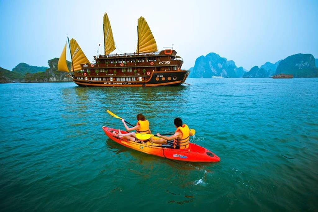 Du lịch Hạ Long du khách trải nghiệm và chèo thuyền kayak