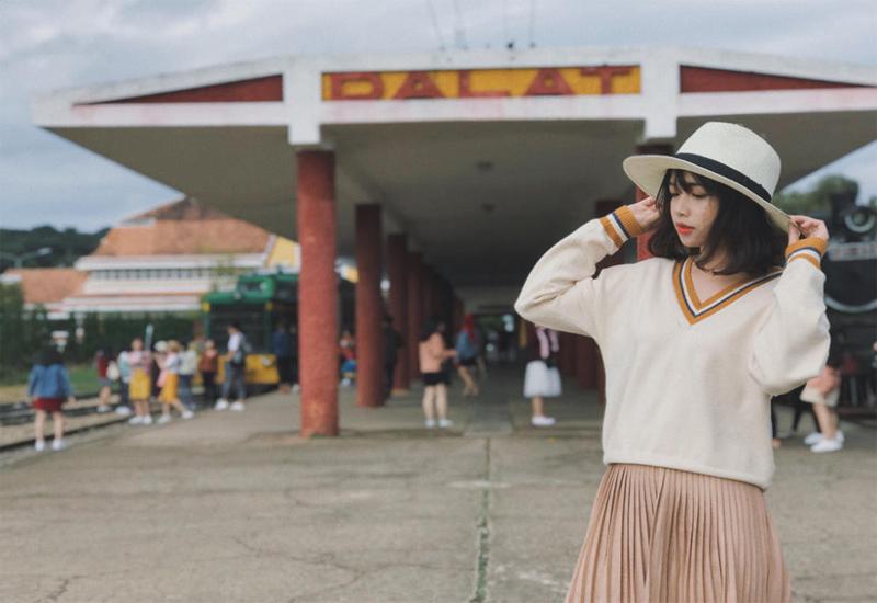 Phối hợp giữa chân váy và áo len được khá nhiều bạn trẻ lựa chọn khi đi du lịch Đà Lạt