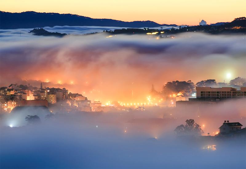 đà lạt ẩn hiện trong sương sớm
