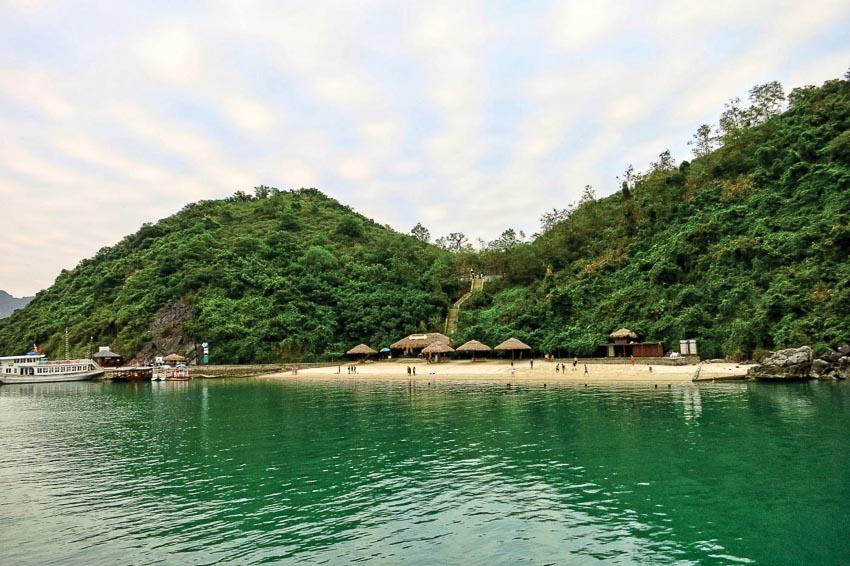 Khung cảnh trên đảo Soi Sim trên Vịnh Hạ Long