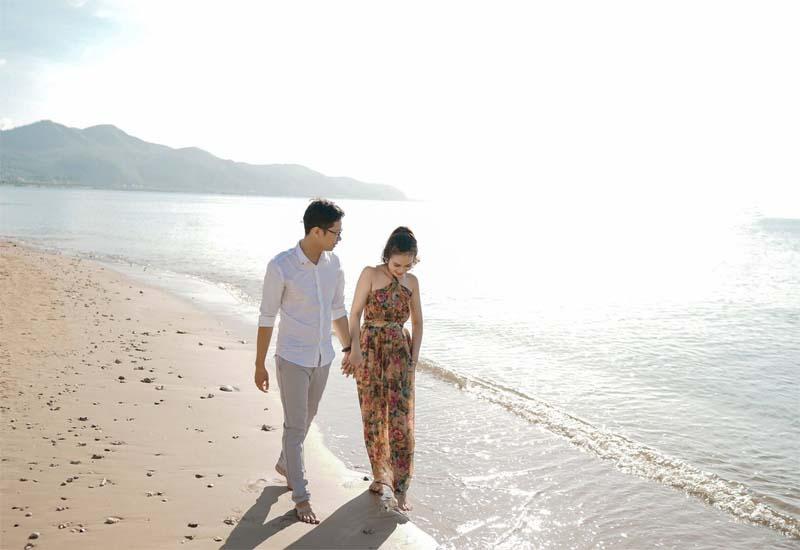 Tận hưởng cảm giác đi bộ trên bãi cát trắng mịn trên bãi biển hòn Tằm, du lịch Nha Trang