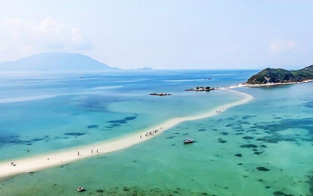 Đảo Điệp Sơn: Điểm sống ảo cực chất với con đường xuyên biển vạn người mê