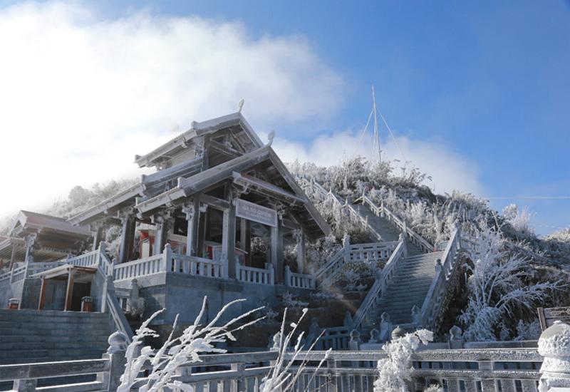 Khung cảnh đỉnh núi Fansipan vào mùa đông