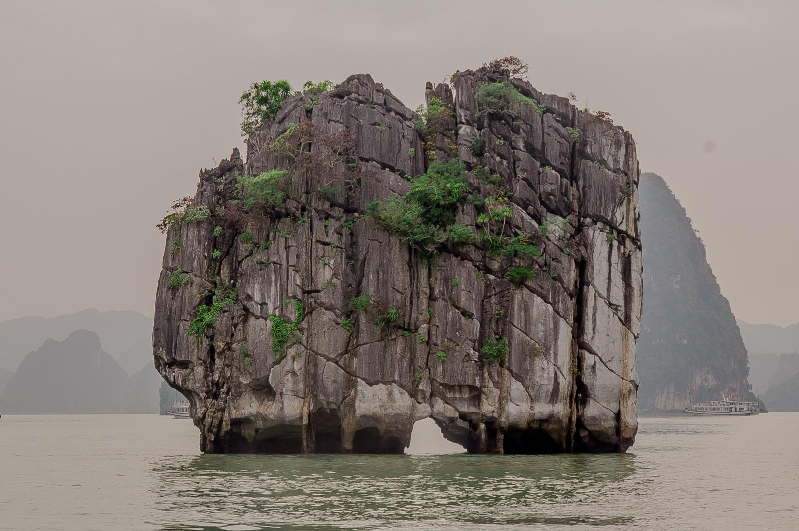 Vẻ đẹp đỉnh Lư Hương nổi tiếng trên Vịnh Hạ Long