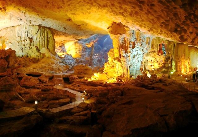 Vẻ đẹp của động Kim Quy trong quần thể hang động trên Vịnh Hạ Long
