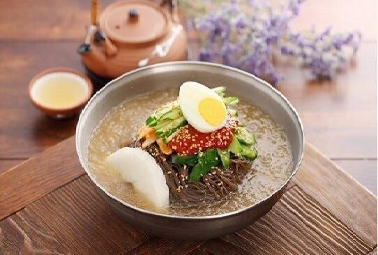 Du lịch Hàn Quốc thưởng thức mì lạnh cay