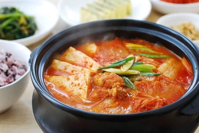 Du lịch Hàn Quốc mùa Đông thưởng thức món canh kim chi nấm đậu phụ