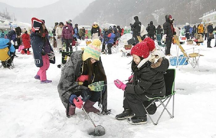 Du lịch Hàn Quốc mùa Đông - Câu cá trên băng