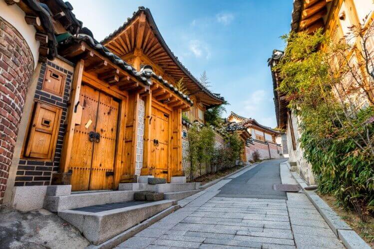 Làng Bukchon Hanok là đểm du lịch Hàn Quốc dành cho du khách thích sự yên bình