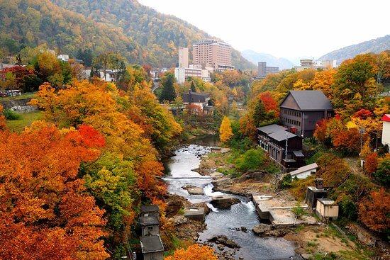 Suối nước nóng Jozankei vào mùa Thu thu hút khá nhiều khách du lịch Nhật Bản