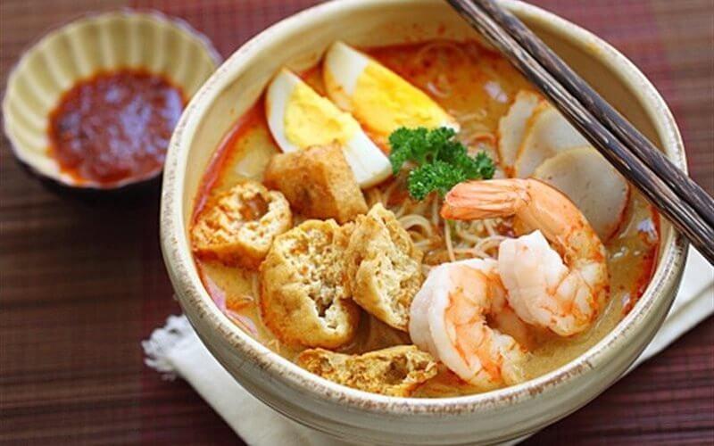 Singapore - Laksa là một món ăn khá giống món bún hải sản của Việt Nam