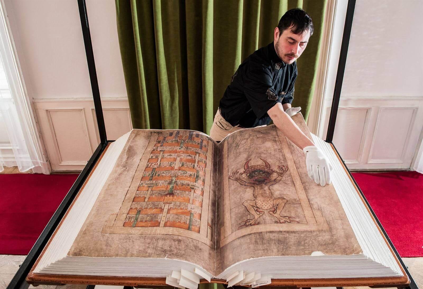 Du lịch Dubai - Sách có kích thước lớn nhất thế giới