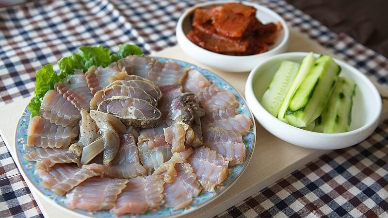Món cá đuối lên men khá nặng mùi nên không phải khách du lịch Hàn Quốc nào cũngăn được