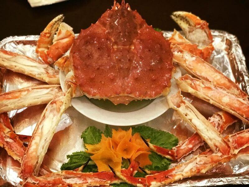 đi tour Hàn Quốc vào mùa Xuân du khách được thưởng thức nhiều món ngon như bạch tuộc sống, cua tuyết,...