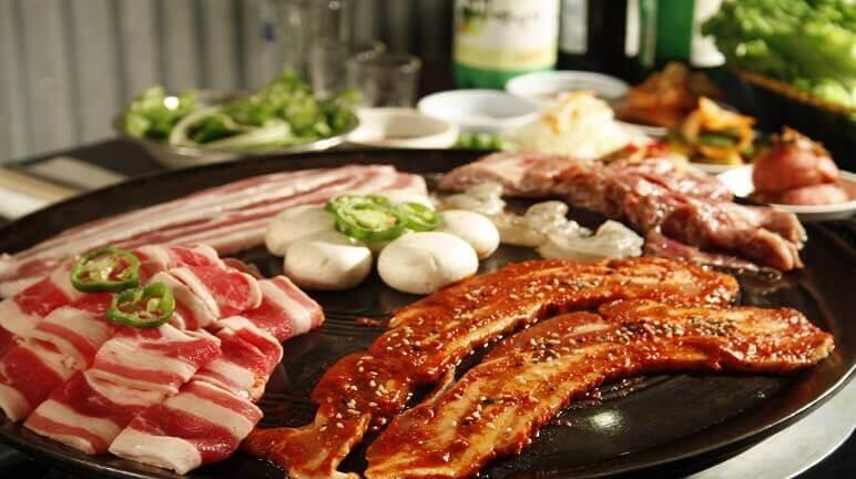 Du lịch Hàn Quốc mùa Đông thưởng thức món thịt nướng chấm sốt ớt