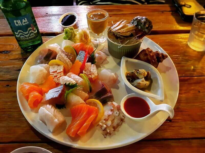 Hồng Kông nổi tiếng về trà, bạn hãy ăn một vài món sushi và thưởng thức một ly trà nhé!