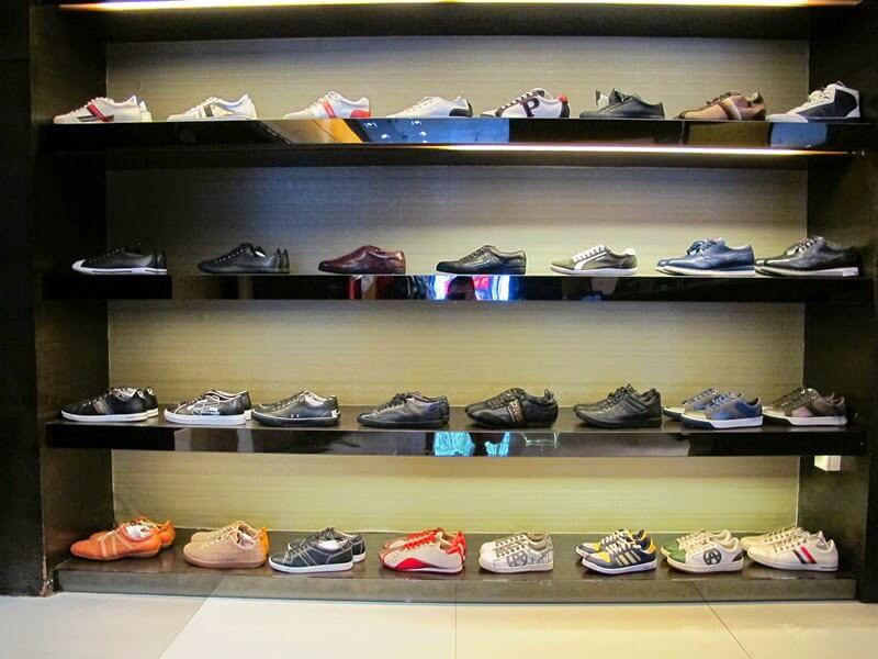 Giày cũng là một món quà bạn nên mua khi đi du lịch Hồng Kông.