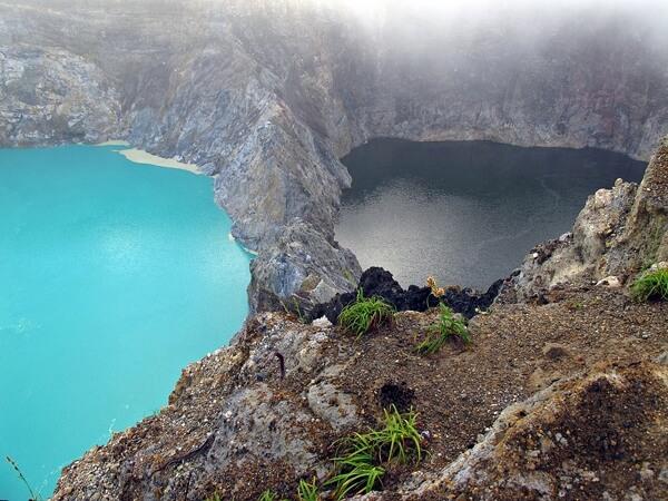 Chỉ có khách đitour du lich Indonesiamay mắn nhìn thấy 3 hồ nước đổi màu
