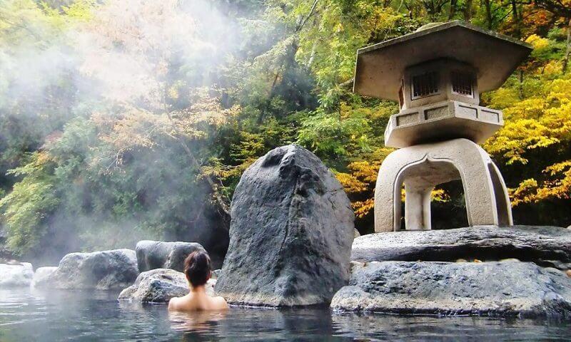 Du lịch Nhật Bản vào mùa đông là cơ hội để bạn trải nghiệm suối nước nóng