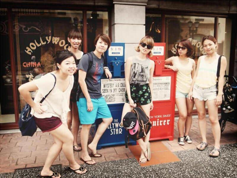 Cảnh khách du lịchnhộn nhịp ngoài trời ở Singapore