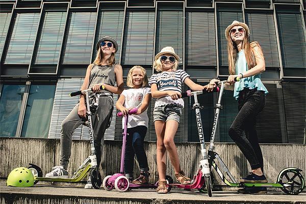 Du lịch Singapore - Đoàn khách di chuyển bằng xe trượt