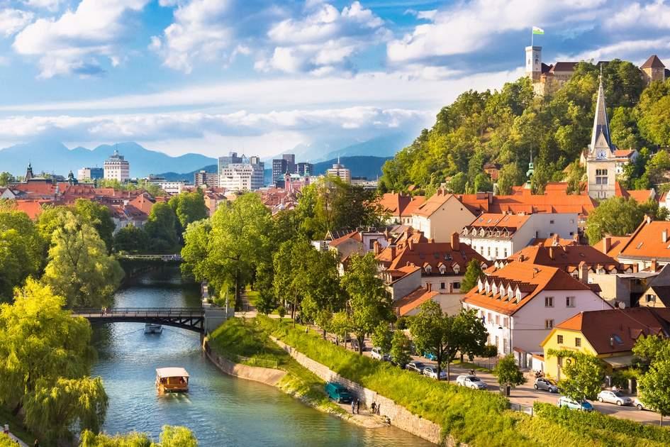 Tour du lịch châu Âu - Châu Âu vào mùa xuân tràn ngập một màu xanh tươi và tràn đầy sức sống.