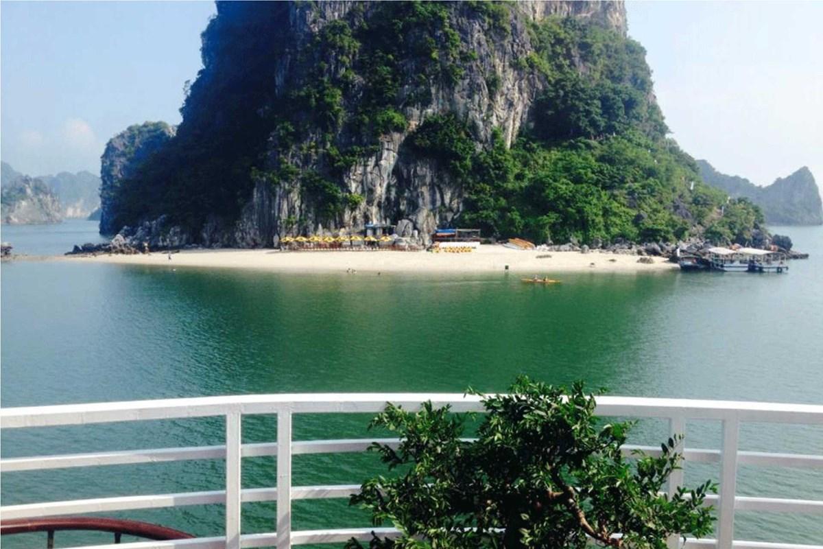Tour Hạ Long - Hang Thiên Sơn Cảnh nhìn từ du thuyền