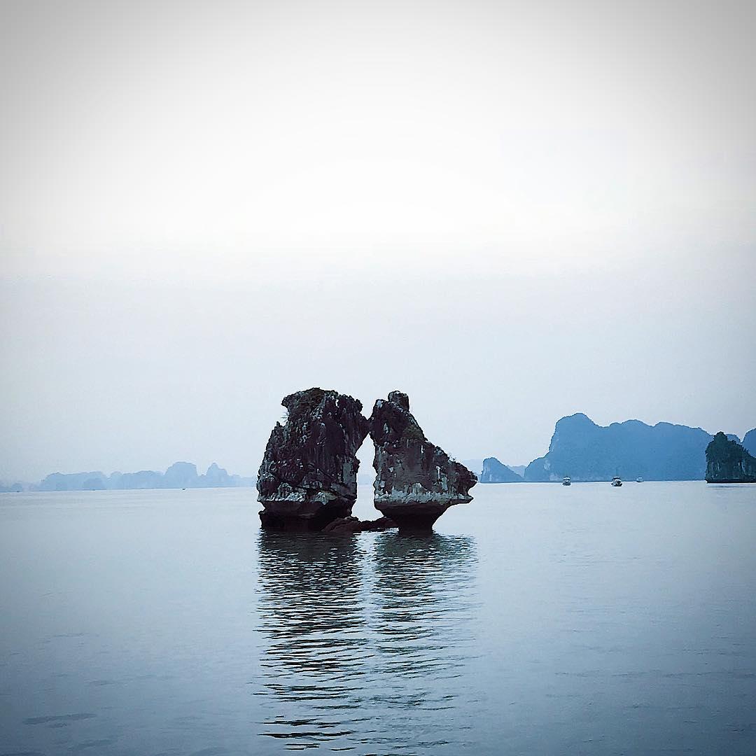 Tour Hạ Long - Hòn Trống Mái đẹp huyền ảo khi mặt trời ló dạng